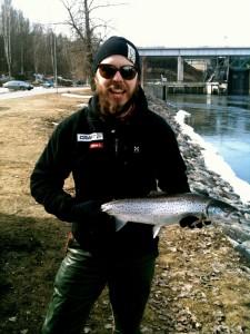 Emil Westrin med en öring på 2000 g som han fick på premiärdagen den 16 april när han fiskade med kompisar på zon 1, södra sidan